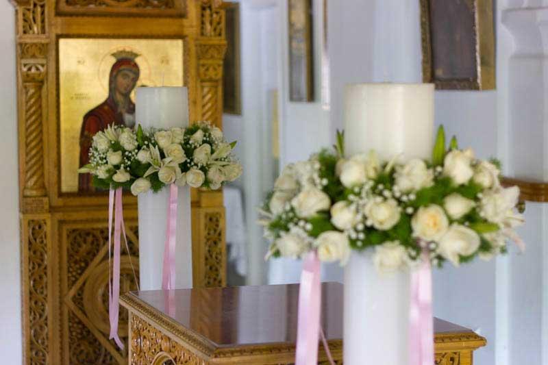 62fad4ec0702 Αγ.Βαρβάρα Χαλάνδρι. Σε λευκές αποχρώσεις με τριαντάφυλλα. Λαμπάδες με λευκά  τριαντάφυλλα ...